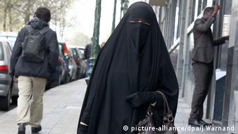Frauen im Niqab Belgien Brüssel (picture-alliance/dpa/J.Warnand)