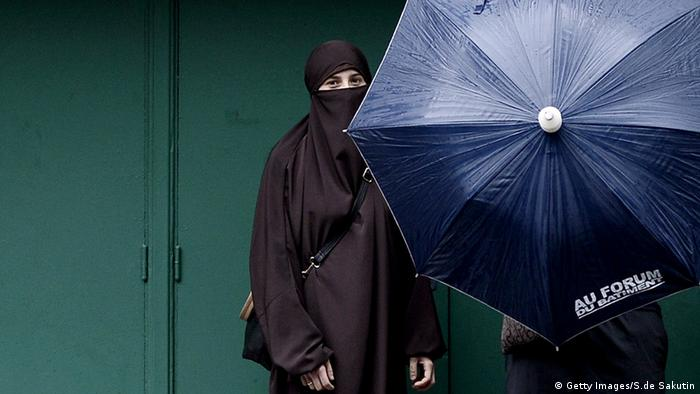 A woman wearing a niqab in paris (Getty Images/S.de Sakutin)