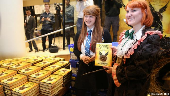 In einer Buchhandlung halten Potter-Fans das neue Buch Harry Potter and the Cursed Child in der Hand (Reuters/N. Hall)
