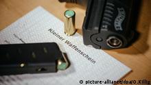 Kleiner Waffenschein liegt neben einer Walther P22