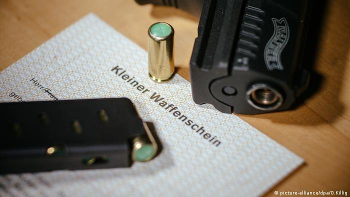 Kleiner Waffenschein liegt neben einer Walther P22 (picture-alliance/dpa/O.Killig)