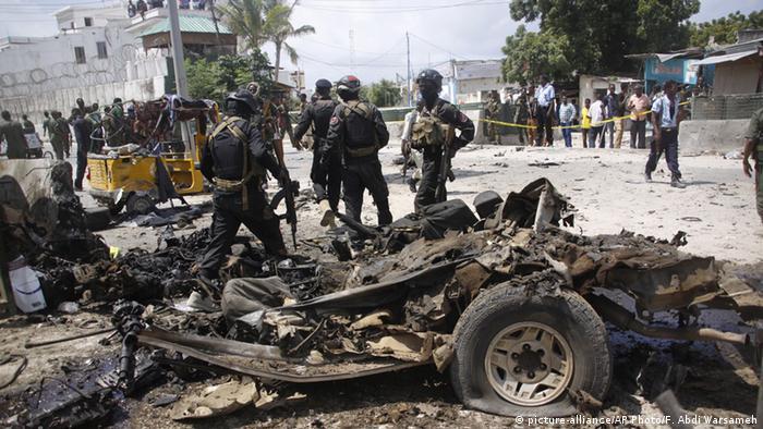 Somalia Mogadischu Soldaten stehen an Autowrack nach Selbstmordattacke