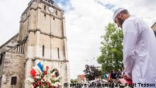 29.07.2016+++Muslimischer Anbeter vor der Saint-Etienne-Kirche in Saint-Etienne-du-Rouvray, in der Nähe von Rouen epa05447556 Muslim worshippers observe a minute of silence in front of the Saint Etienne church in Saint-Etienne-du-Rouvray, near Rouen, France, 29 July 2016. Four days after the hostage taking in the church of Saint Etienne du Rouvray, officials of the French Muslim community and Muslim worshippers paid tribute to the victim of the attack, priest Jacques Hamel, killed during the IS-linked attack on the church in Normandy. EPA/CHRISTOPHE PETIT TESSON | (c) picture-alliance/dpa/C. Petit Tesson