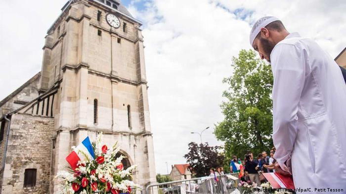 Odavanje počasti ubijenom Jacquesu Hamelu pred katedralom u Saint-Etienne-du-Rouvrayu