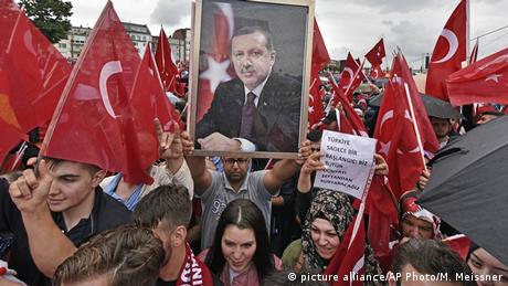 Deutschland Köln Pro-Erdogan-Demonstration (picture alliance/AP Photo/M. Meissner)