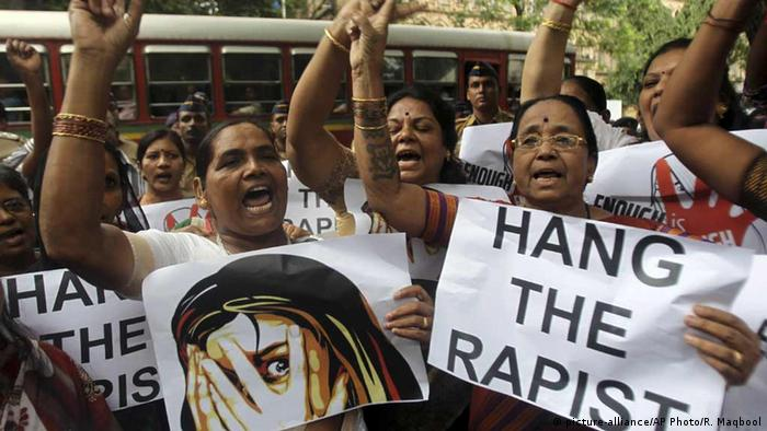 Indian women protesting against rape in Mumbai (picture-alliance/AP Photo/R. Maqbool)