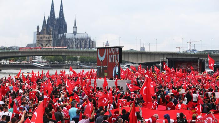 Deutschland Köln Pro-Erdogan-Demonstration (picture alliance/dpa/O. Berg)