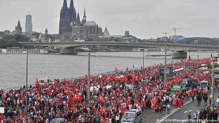 Manifestação a favor de Erdogan em Colônia