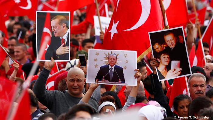 Manifestantes a favor de Erdogan