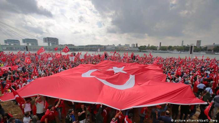 Manifestantes pró-Erdogan às margens do rio Reno