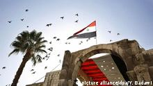 16.10.2015+++epa04979903 Birds fly over Syrian flags as a youth movement takes to the streets to hoist the national flag thoughout the city as part of a program called 'Your flag will always be high oh Syria' in Damascus, Syria, 16 October 2015. The embattled regime of Bashar al-Assad has receieved an increase in support from both Russia and Iran in recent weeks following a string of defeats in the ongoing civil war against armed opposition groups. EPA/YOUSSEF BADAWI +++(c) dpa - Bildfunk+++ | (c) picture alliance/dpa/Y. Badawi