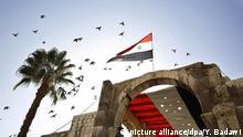 Syrien syrische Flagge weht im Himmel