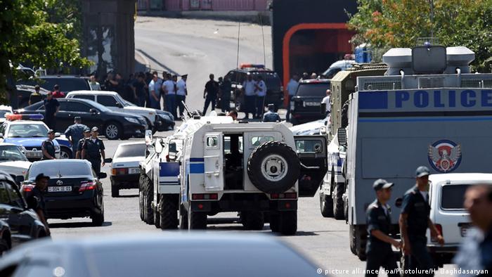 Власти объявили завершенной спецоперацию по освобождению захваченного здания полиции в Ереване