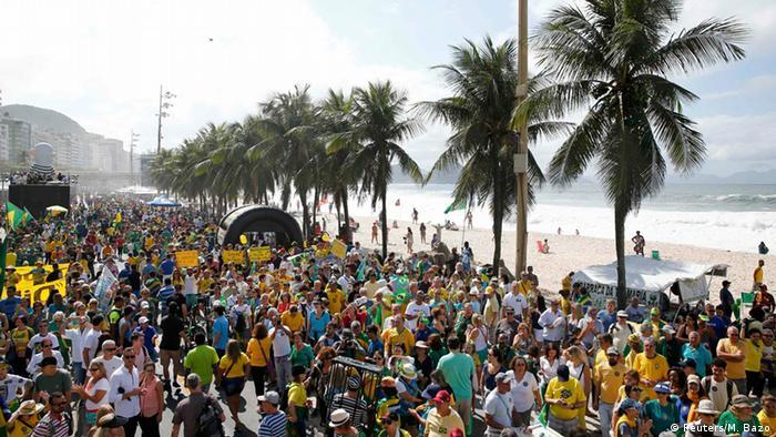 No Rio, manifestantes contrários a Dilma se reuniram em Copacabana