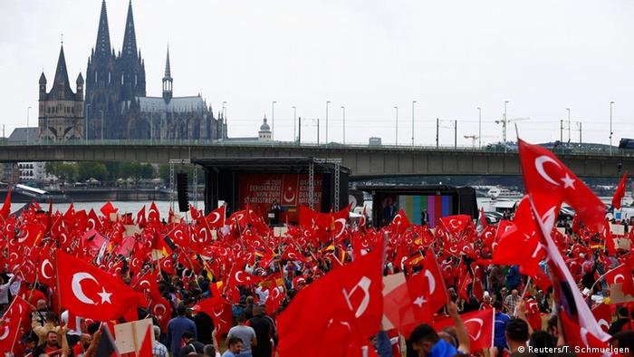 Deutschland Pro-Erdogan-Demonstration in Köln (Reuters/T. Schmuelgen)