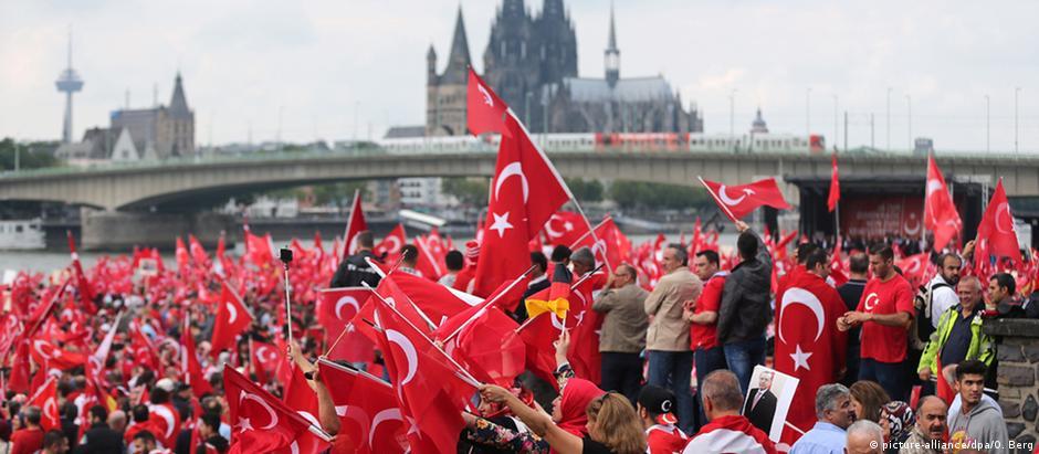 Protesto pró-Erdogan reuniu entre 30 mil e 40 mil pessoas em Colônia