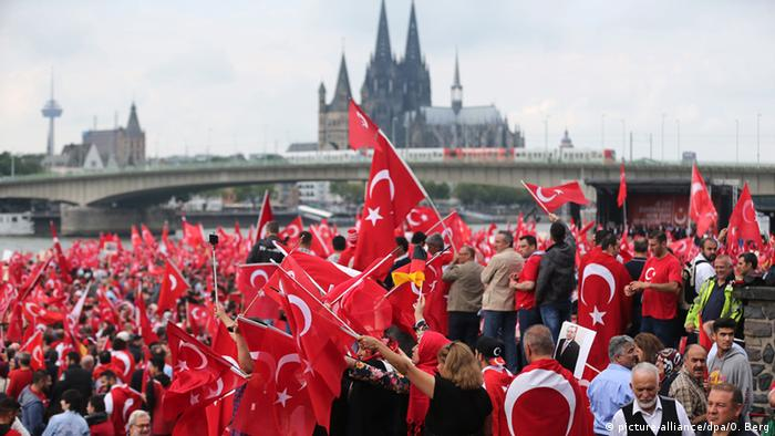 Deutschland Pro-Erdogan-Demonstration in Köln (picture-alliance/dpa/O. Berg)