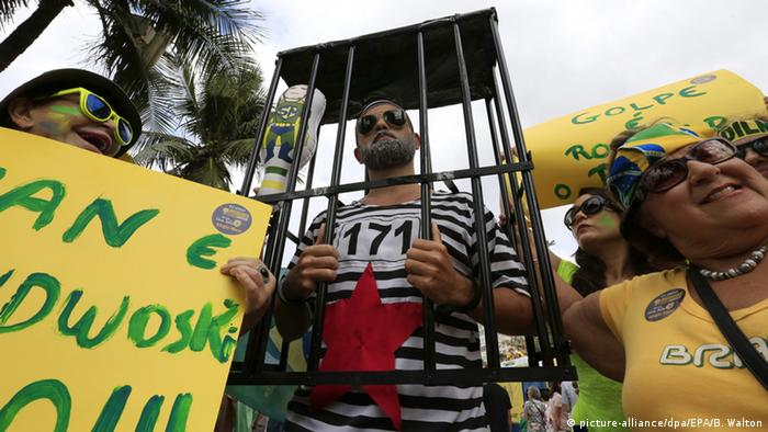Protesters on the streets of Copacabana Beach boulevard calling for the end of corruption, in Copacabana (photo: picture-alliance/dpa/EPA/B. Walton)