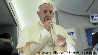 Pope Francis speaks to journalists on board the flight from Krakow, Poland, to Rome, at the end of his 5-day trip to southern Poland, Sunday, July 31, 2016 (Photo: picture-alliance/AP Photo/F. Monteforte)