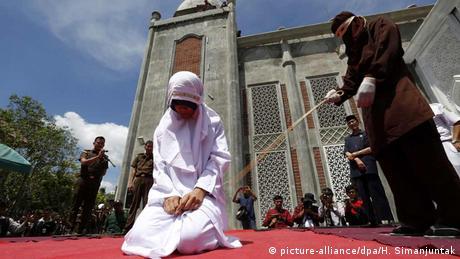 Indonesien Junge Paare wegen Sex vor der Ehe in Indonesien ausgepeitscht (picture-alliance/dpa/H. Simanjuntak)