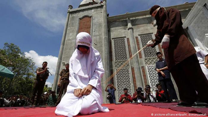 Indonesien Junge Paare wegen Sex vor der Ehe in Indonesien ausgepeitscht