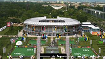 13. WM-Stadion vor dem Reichstag Direkt vor dem Reichstagsgebäude sollen während der Zeit der WM 10.000 Zuschauer in der adidas world of football, einem Nachbau des Berliner Olympiastadions
