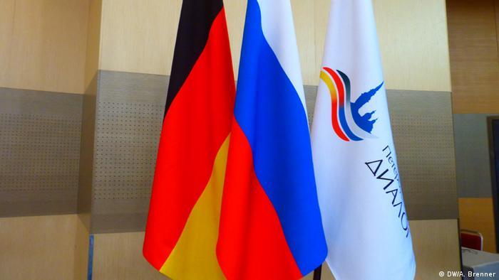 Флажки России и Германии, а также флажок с символикой Петербургского диалога