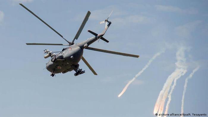 Russischer Mi-8 Helikopter in der Luft