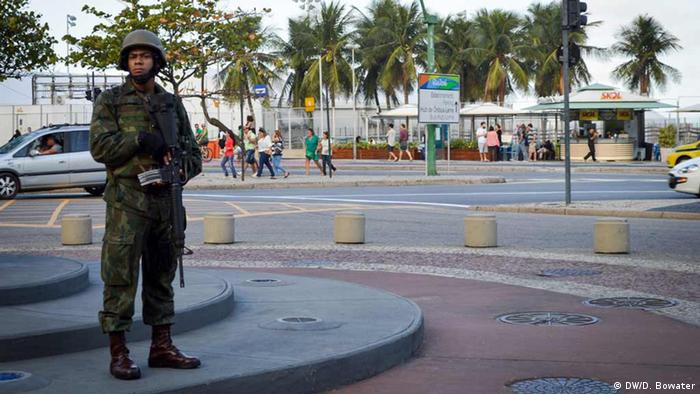 A soldier stands guard in Rio (photo: DW/D. Bowater)