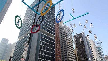 Brasilien Musiker und Akrobaten in Olympischen Ringen in Sao Paulo (Foto: Reuters/P. Whitaker)