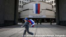 Kind mit russischer Flagge