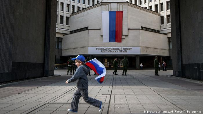 Kind mit russischer Flagge (picture-alliance/AP Photo/A. Polegenko)