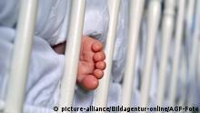 baby foot and crib   Verwendung weltweit, Keine Weitergabe an Wiederverkäufer. Copyright: picture-alliance/Bildagentur-online/AGF-Foto