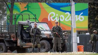 Военный партруль и эмблема Олимпиады в Рио