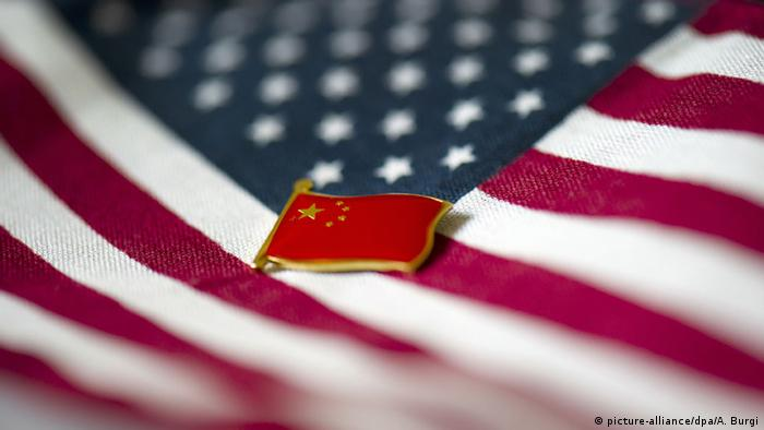 US flag, with China badge (picture-alliance/dpa/A. Burgi)