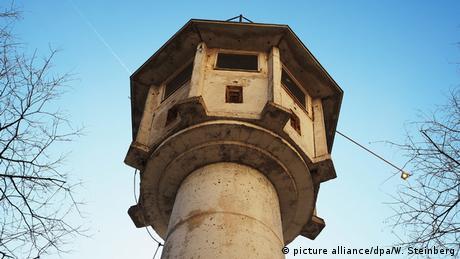 As torres de vigilância ao longo do Muro