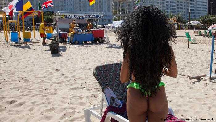 A woman wearing a string tanga at the Copacabana, Copyright: picture-alliance/dpa/H. Knosowski