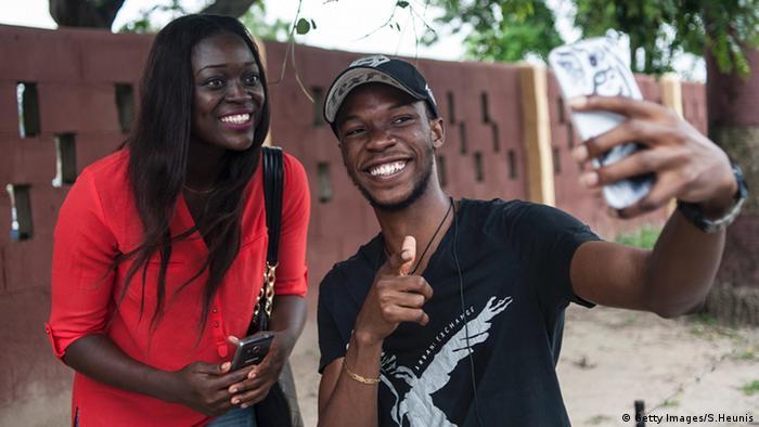Zwei Studenten in Lagos nehmen ein Selfie auf (Foto: STEFAN HEUNIS/AFP/Getty Images)