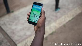 Timi Ajiboyes Hand mit Smartphone - Pokemon Go im Display - auf dem Campus von Lagos(Foto: STEFAN HEUNIS/AFP/Getty Images)