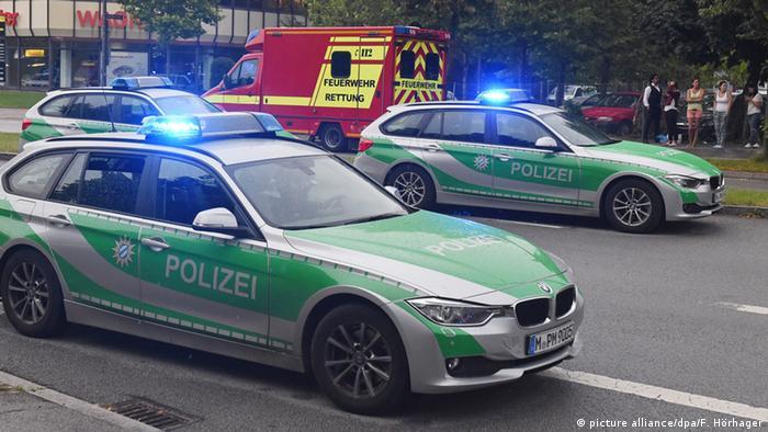 Polizeiautos und Rettungswagen (Foto: picture alliance/dpa/F. Hörhager)