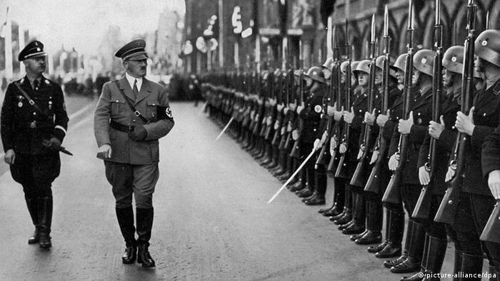 Adolf Hitler i Heinrich Himmler obavljaju smotru postrojbi SS-a u Nürnbergu 1935.