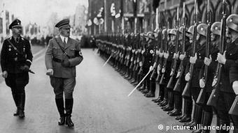 O Χίμλερ μαζί με τον Χίτλερ σε επιθεώρηση γερμανικών στρατευμάτων στη Νυρεμβέργη