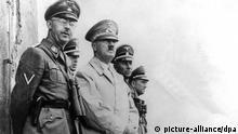 Der Reichskanzler und nationalsozialistische Führer Adolf Hitler (M) beobachtet zusammen mit dem Reichsführer der SS, Heinrich Himmler (l), ein Manöver. Undatiert. | Verwendung weltweit
