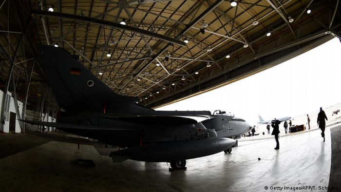 Немецкий самолет-разведчик Торнадо на базе в Турции