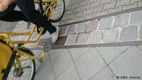 Pedras no asfalto redesenham percurso do Muro