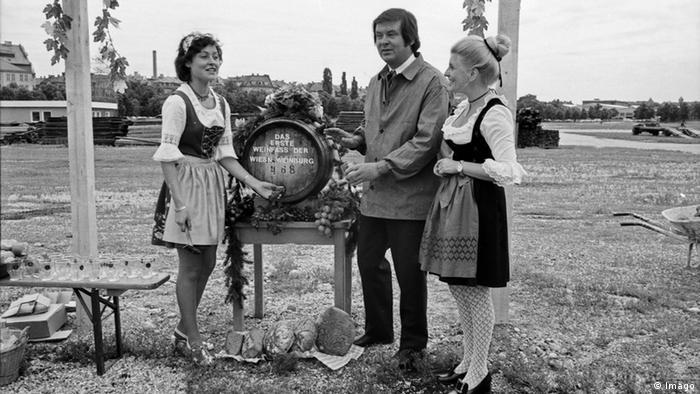 Eröffnung der Wiesn Weinburg mit der Pfälzer Weinkönigin Helga Weber 1970er Jahre