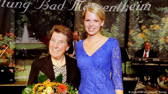 Die Württemberger Weinkönigin 2013/2014, Theresa Olkus mit der ersten Württemberger Weinkönigin 1950, Martha Knobloch