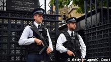 02.08.2016 **** LONDON, ENGLAND - AUGUST 02: Armed Metropolitan Police officers patrol outside the Houses of Parliament on August 2, 2016 in London, England. Security measures continue to be high in London while the current UK threat level for international terrorism is severe, meaning an attack is highly likely. (Photo by Carl Court/Getty Images) © Getty Images/C. Court