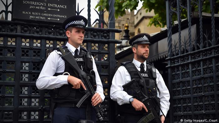 Großbritannien bewaffnete Polizisten in London