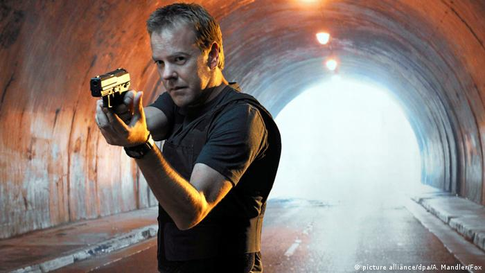 Kiefer Sutherland holds a gun in TV series 24 (picture alliance/dpa/A. Mandler/Fox)